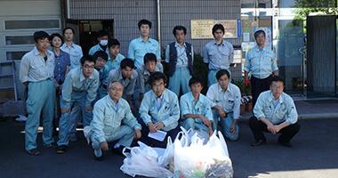 地域環境活動をする社員達の写真